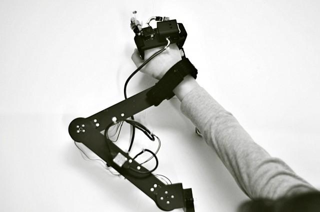 Механическая перчатка научит вас рисованию