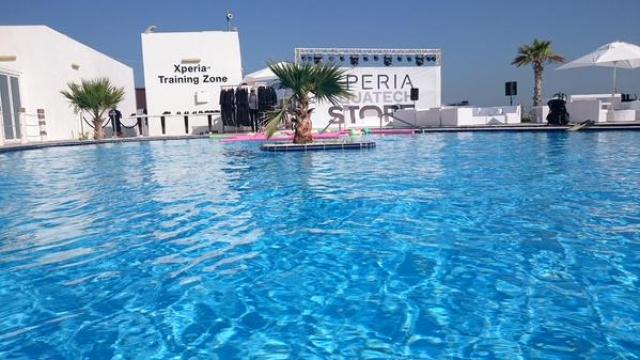 Sony открыла первый подводный магазин смартфонов Xperia Aquatech в ОАЭ